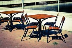 Tabellen im Café Stockfotografie