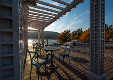 Tabellen im Café am Nachmittag im Herbst stockbilder