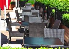 Tabellen im im Freienteil einer Gaststätte Lizenzfreie Stockbilder