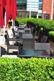 Tabellen im im Freienteil einer Gaststätte Stockbild