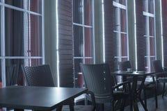 Tabellen im Nachtcafé lizenzfreies stockbild