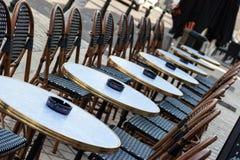 Tabellen im Straßencafé Stockbilder
