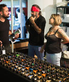 Tabellen med den olika yrkesmässiga tatueringen bearbetar med maskin till salu Royaltyfri Bild