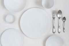 Tabellen med tomma vita plattor Royaltyfria Bilder