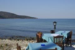 Tabellen mit der blauen Tischdecke, die nah an dem Meer-shor steht Stockfoto