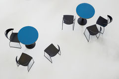 Tabellen mit Stühlen Lizenzfreie Stockfotografie