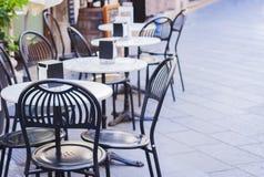 Tabellen mit Stühlen auf der Terrasse in einem café in Catania, Sizilien, Italien stockbild