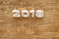 Tabellen 2018 schnitzten vom Holz auf dem Hintergrund von einem Polierbo Stockbilder