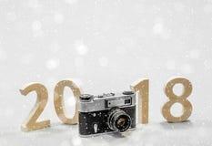 Tabellen 2018 schnitzten vom Holz mit einer Weinlesekamera Konzept von Stockfotografie