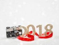 Tabellen 2018 schnitzten vom Holz mit einer Weinlesekamera Konzept von Stockfotos