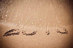 Tabellen Seewelle 2016 mit Schaum wäscht Sand auf dem Strand in Alan Stockbild
