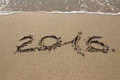 Tabellen Seewelle 2016 mit Schaum wäscht Sand auf dem Strand in Alan Lizenzfreie Stockfotografie