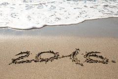 Tabellen Seewelle 2016 mit Schaum wäscht Sand auf dem Strand in Alan Stockfotos