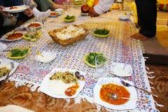 Tabellen ställde in för en typisk iransk matställe i Shiraz, Iran royaltyfri foto