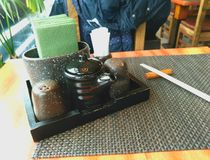 Tabellen ställde in för kryddor på en mörk bakgrund arkivfoton