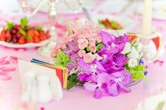Tabellen ställde in med blommor Arkivbilder