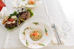 Tabellen st?llde in f?r ett brud- parti med mat p? tabellen fotografering för bildbyråer