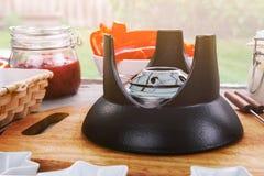Tabellen tjänade som för utomhus- picknick med alkoholgasbrännaren för fondue i förgrunden royaltyfri foto