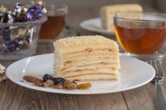 Tabellen tjänade som med den Napoleon kakan och te för två personer Arkivfoton