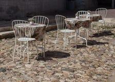 Tabellen und Café der Stühle im Freien Stockfoto
