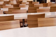 Tabellen und Stühle Stockbild
