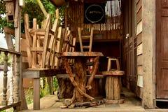 Tabellen und Stühle Stockbilder
