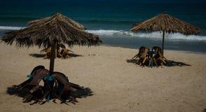 Tabellen und Stühle auf dem Strand Lizenzfreie Stockfotos