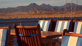 Tabellen und Stühle auf der Plattform der Yacht stock footage