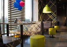Tabellen und Stühle Café Lizenzfreies Stockfoto