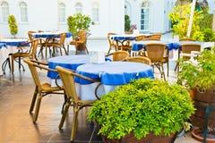 Tabellen und Stühle in der im Freiengaststätte Stockbild