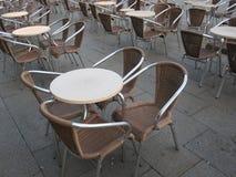 Tabellen und Stühle draußen Lizenzfreies Stockfoto