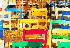 Tabellen und Stühle in einem kleinen Freilichtcafé stockfotos