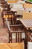 Tabellen und Stühle in einem Strandrestaurant Stockfotos