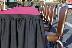 Tabellen und Stühle am Ereignis Stockfotografie