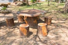Tabellen und Stühle im Garten Stockbild