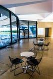 Tabellen und Stühle im Hirshhorn-Museum, Washington, DC Lizenzfreies Stockbild