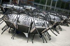 Tabellen und Stühle im Restaurant Lizenzfreies Stockfoto