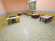 Tabellen und Stühle im Speisesaal einer Schule Stockfoto
