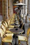 Tabellen und Stühle in Paris stockbilder