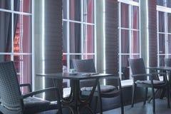 Tabellen und Stuhl im Nachtcafé stockfoto