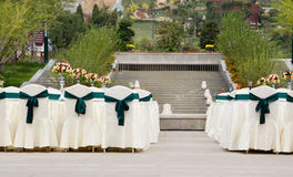 Tabellen- und Stuhleinstellungen für wedding Feier- oder Geschäftsvorabend stockbilder