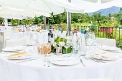 Tabellen verziert für Hochzeitsempfang Lizenzfreies Stockbild