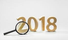 Tabellen 2018 werden vom festen Holz mit einer Linse geschnitten Neues Jahr ` s Auto Stockbild
