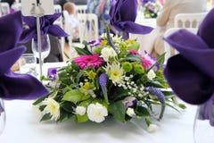 Tabellenblumendekoration an einer Hochzeit. Lizenzfreies Stockbild