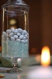 Tabellendekoration mit Steinsüßigkeiten und Kerze Stockfotos