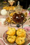 Tabelleneinrichtung des hohen Tees des Tees und des Gebäcks Stockfotografie
