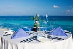 Tabelleneinstellung an der Strandgaststätte Lizenzfreie Stockfotografie