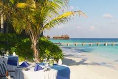 Tabelleneinstellung an der Strandgaststätte lizenzfreies stockfoto