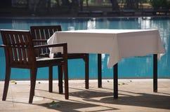 Tabelleneinstellung durch das Pool, Sri Lanka Stockfotos