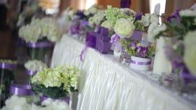 Tabelleneinstellung an einem LuxuxHochzeitsempfang Dekor mit Blume auf Hochzeitsabendessen stock video footage